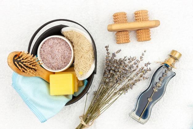 Produits cosmétiques naturels à base de plantes avec extrait de lavande - savon, sel, serviette, brosse de massage, débarbouillette Photo Premium