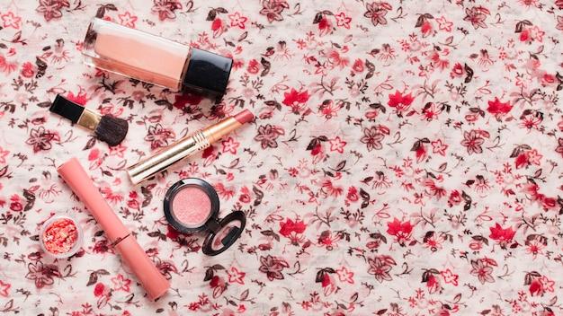 Produits Cosmétiques Sur Tissus Colorés Photo gratuit