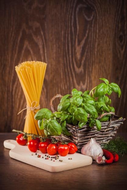 Produits Crus Sur Spaghettis Italiens Photo gratuit