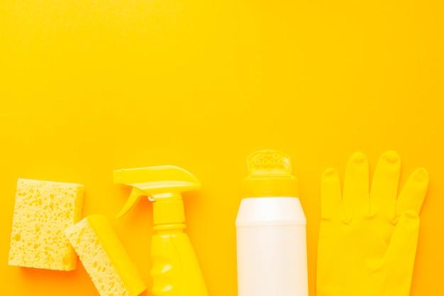 Produits D'hygiène Jaunes Posés à Plat Photo Premium