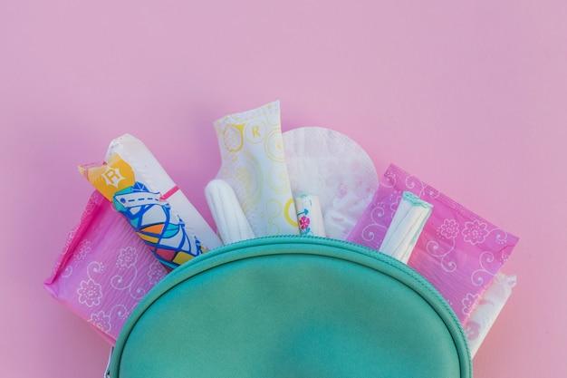 Produits d'hygiène en trousse de toilette Photo gratuit