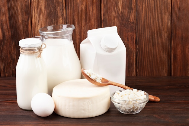 Produits laitiers dans différents contenants Photo gratuit