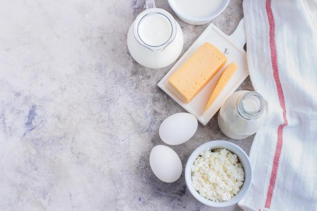 Produits laitiers frais sur la table de la cuisine. fromage, œufs, lait, fromage cottage, yaourt, crème et beurre Photo Premium