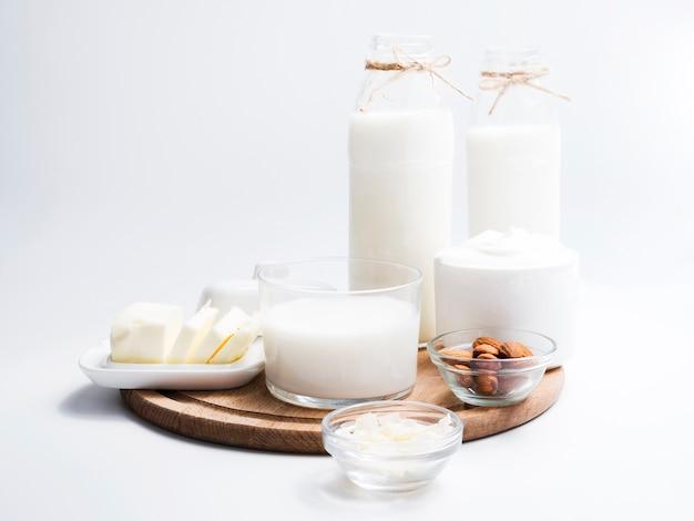 Produits laitiers sur un plateau Photo gratuit