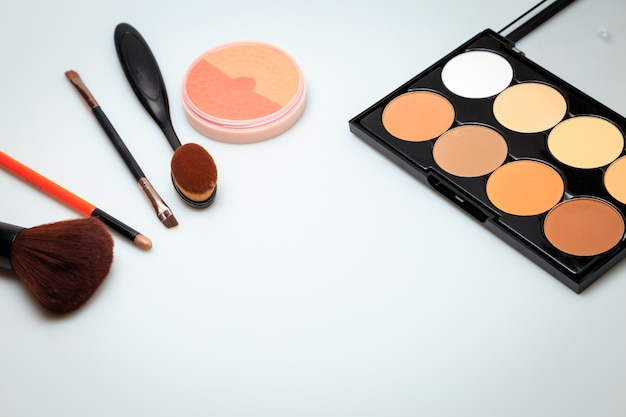 Produits de maquillage fond blanc Photo Premium