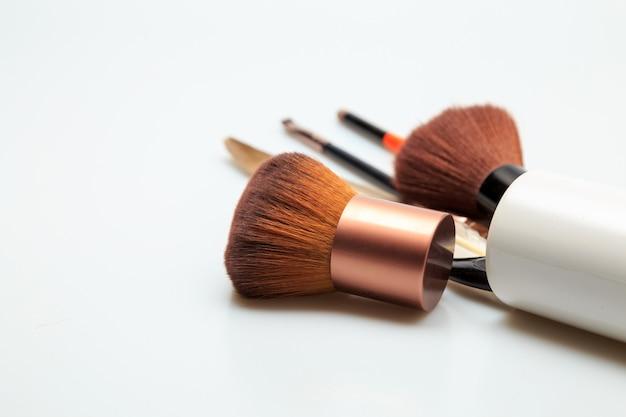 Produits de maquillage fond blanc Photo Premium