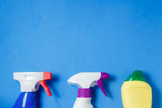 Produits de nettoyage sur bleu Photo Premium