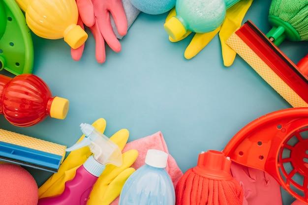 Produits de nettoyage et espace dans le milieu Photo gratuit