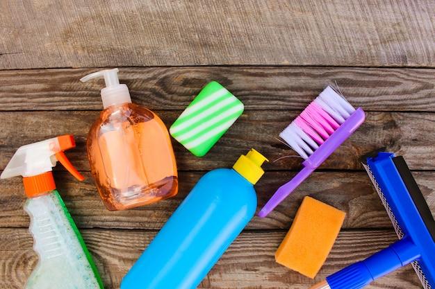 Produits de nettoyage sur fond en bois. Photo Premium