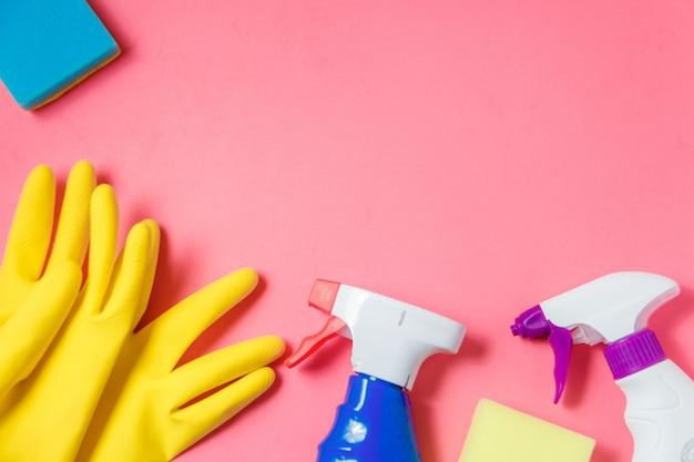 Produits de nettoyage sur rose Photo Premium