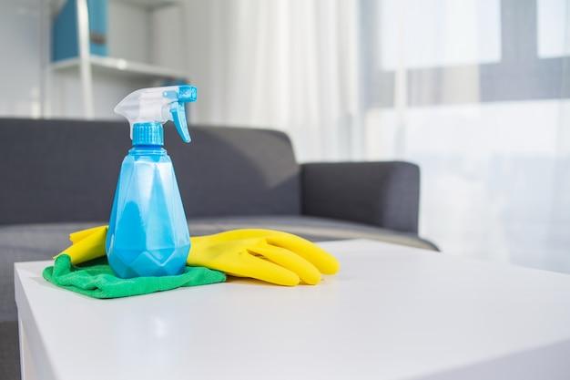 Produits de nettoyage de table: spray, gant Photo gratuit