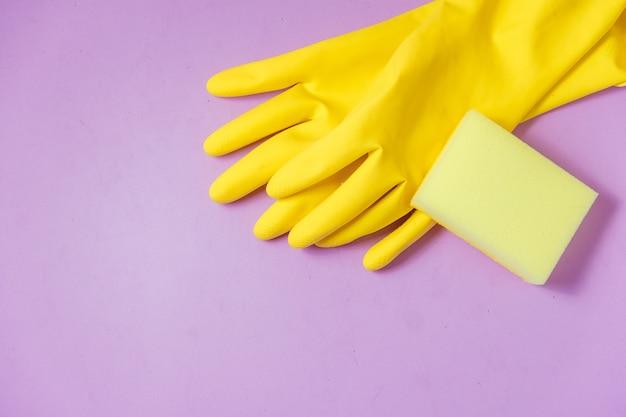 Produits de nettoyage sur violet Photo Premium
