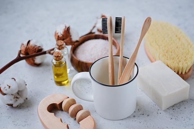 Produits sans plastique et brosse à dents en bambou Photo Premium