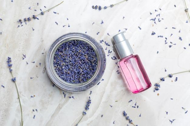 Produits de soin du corps à la lavande. concept d'aromathérapie, de spa et de soins de santé naturels Photo Premium