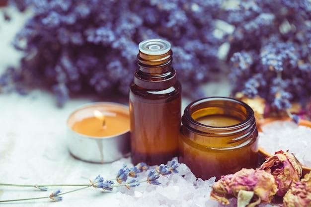 Produits de soin du corps à la lavande, spa et concept de santé naturel Photo Premium