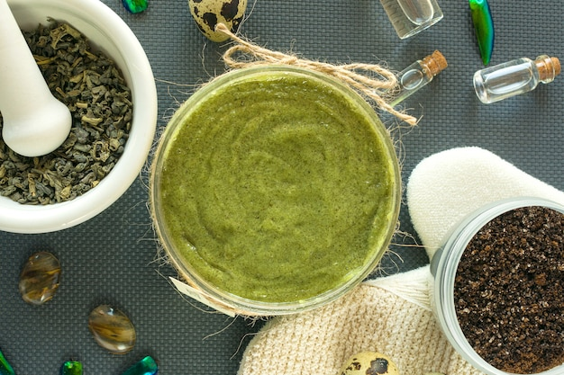 Produits de soin du corps plats à base de thé, sel, café, huile naturelle et œufs de caille. spa nature morte. peeling corporel. Photo Premium