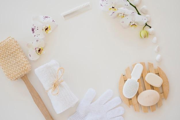 Produits de soin de la peau et fleurs d'orchidées blanches Photo gratuit