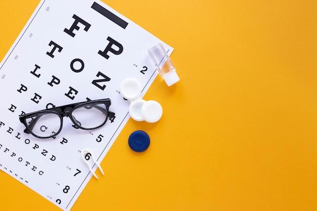 Produits de soin des yeux sur fond orange avec espace de copie Photo gratuit