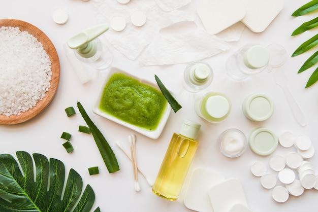 Produits de spa naturels à base d'aloevera sur fond blanc Photo gratuit