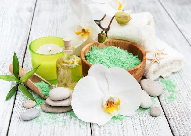Produits spa et orchidées blanches Photo Premium