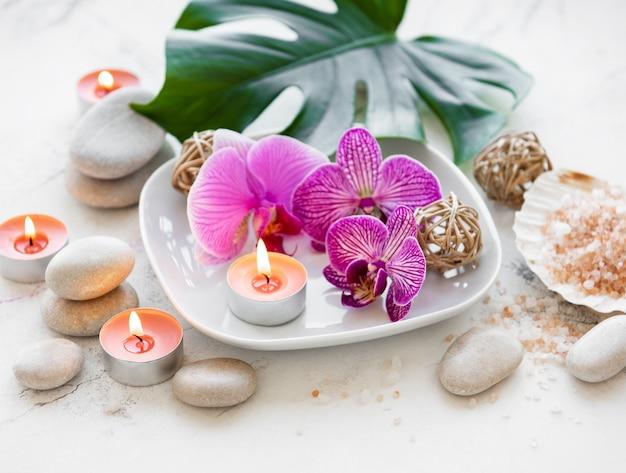 Produits de spa avec des orchidées Photo Premium