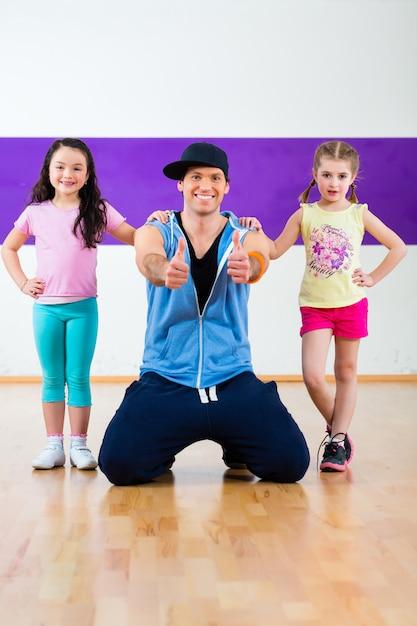 Professeur De Danse Donnant Aux Enfants Classe De Fitness Zumba I Photo Premium