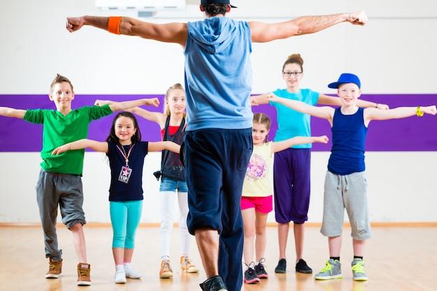 Professeur de danse donnant aux enfants un cours de fitness à la zumba Photo Premium