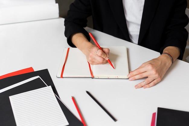 Professeur De Gros Plan En Classe En Prenant Des Notes Photo Premium