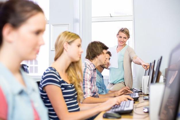 Professeur D'informatique Aidant Les étudiants Photo Premium