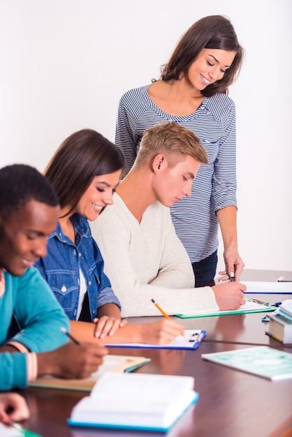 Le professeur montre aux élèves comment remplir. Photo Premium