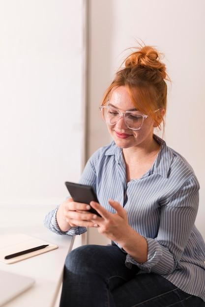 Professeur Smiley Utilisant Un Smartphone Pendant Les Cours En Ligne Photo Premium