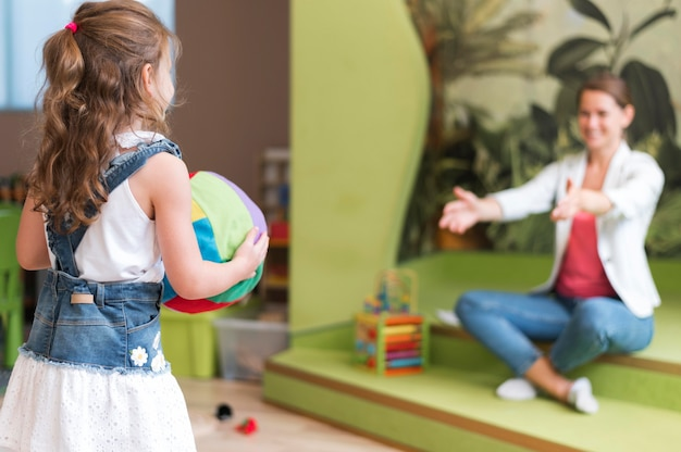 Professeur De Vue Latérale Et Enfant Jouant Photo gratuit