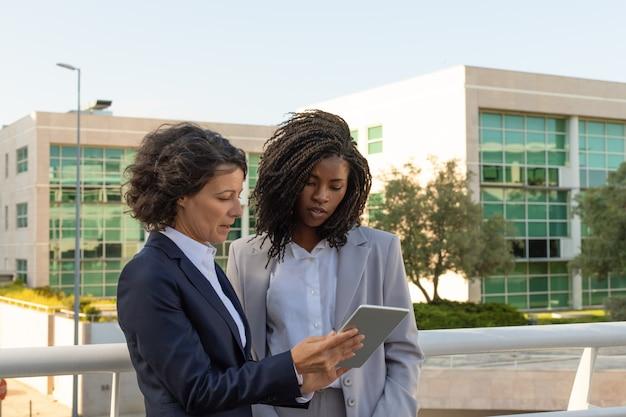Professionnel En Affaires Avec Tablette Consultant Collègue Photo gratuit