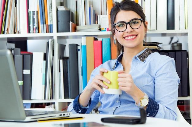 Professionnels heureux femme personnes d'emploi Photo gratuit