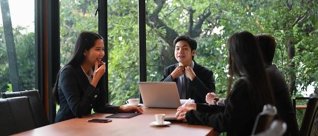 Les Professionnels Travaillant Ensemble Dans La Salle De Réunion Au Bureau. Photo Premium