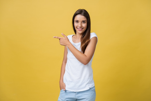 Profil d'une femme pointant sur l'espace de copie pour une publicité Photo Premium