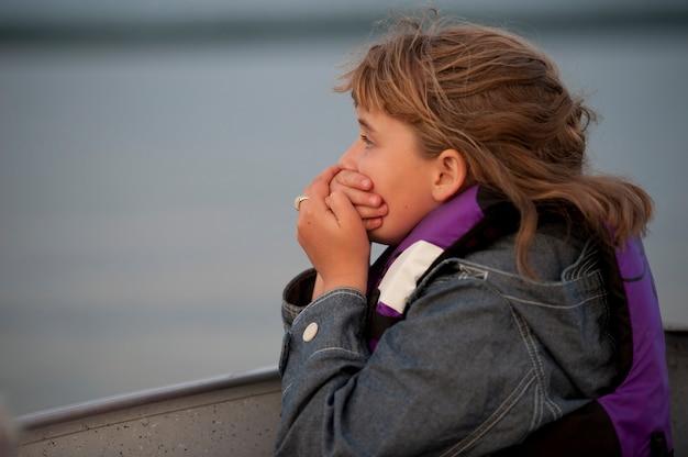 Profil d'une jeune fille tenant ses mains sur sa bouche Photo Premium