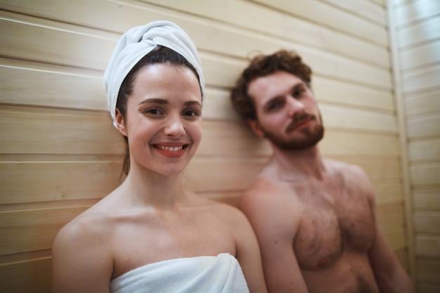 Profitant Du Sauna Photo gratuit