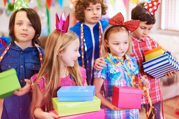Profiter Des Cadeaux D'anniversaire D'amis Photo gratuit
