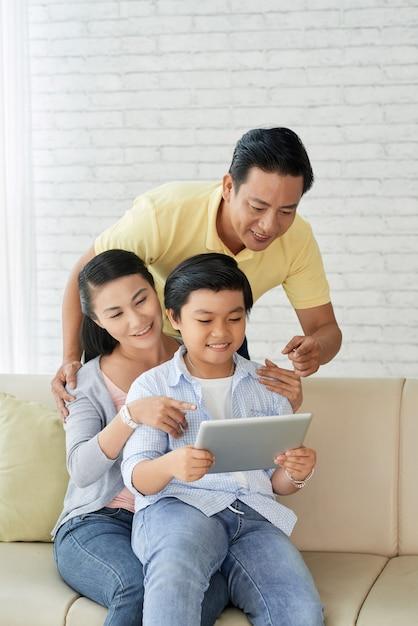 Profiter du dimanche avec les parents Photo gratuit