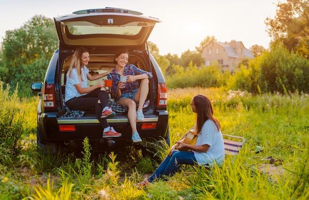 Profiter du reste et socialiser lors d'un pique-nique avec vos meilleurs amis. Photo Premium