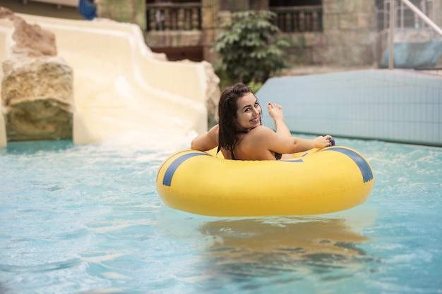 Profiter de la piscine en été Photo Premium
