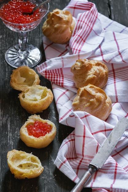 Profiteroles au caviar rouge Photo Premium