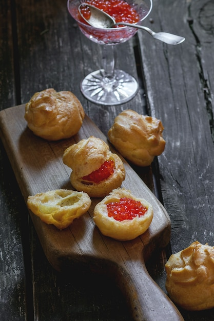 Profiteroles au caviar rouge Photo Premium
