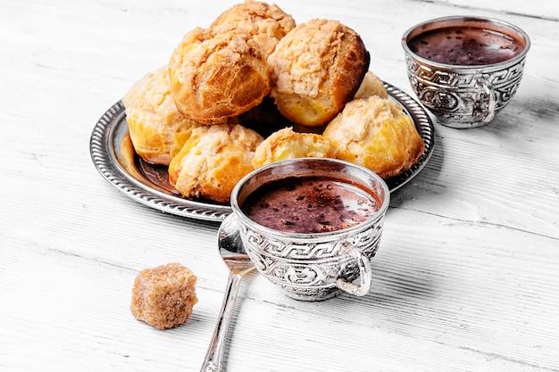 Profiteroles et chocolat chaud Photo Premium