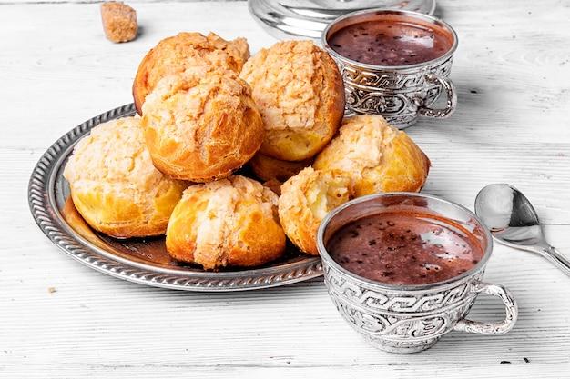 Profiteroles dessert et chocolat chaud Photo Premium