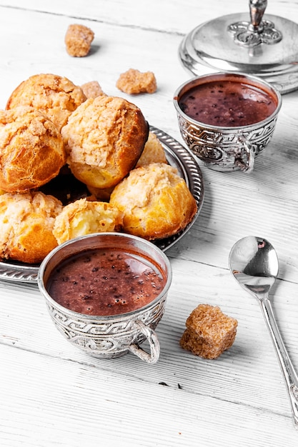Profiteroles dessert et chocolat chaud Photo Premium