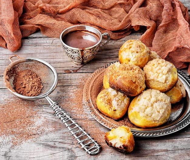 Profiteroles dessert à la crème Photo Premium