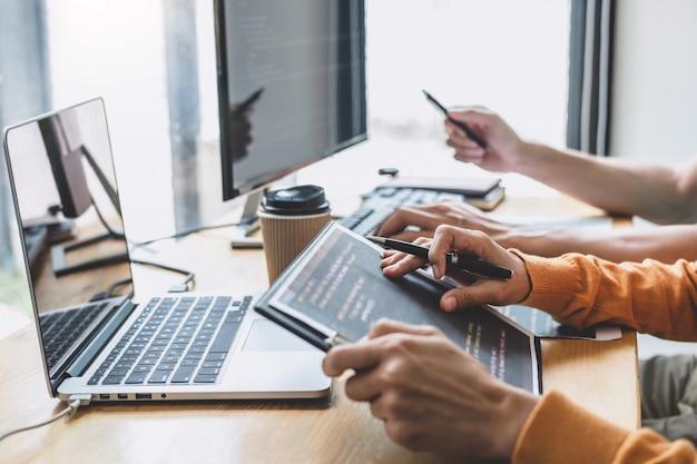Programmeur Coopérant Pour Travailler Sur Un Projet De Site Web Dans Un Logiciel Développé Sur Un Ordinateur De Bureau Photo Premium