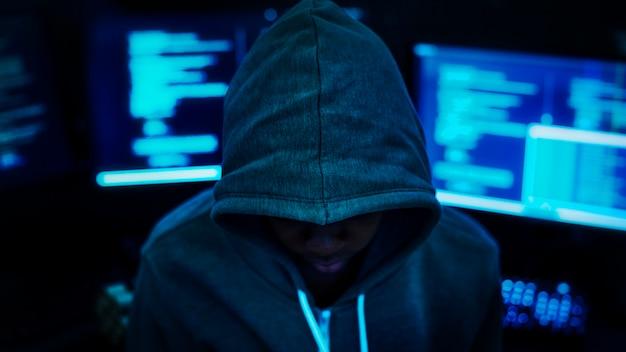 Programmeur travaillant dans le noir Photo Premium